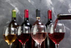 bouteille-vin-remplissant-verre-vin_23-2148214969